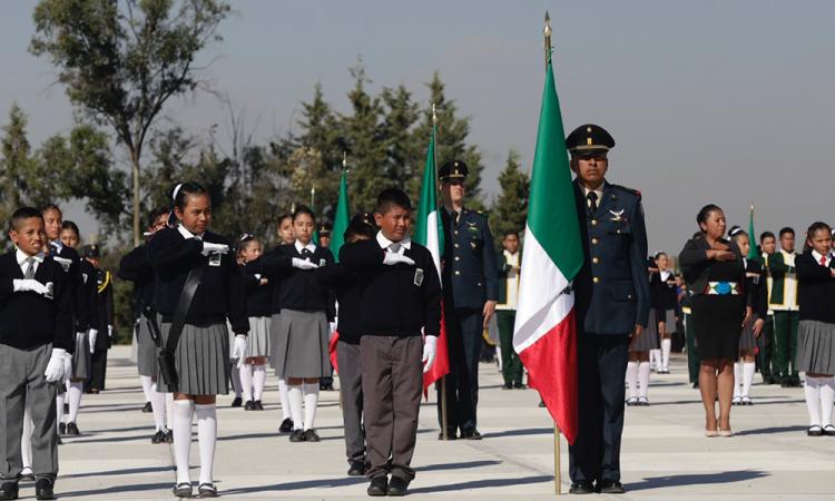 En plena ceremonia del Día de la Bandera, más de 10 alumnos se desmayan