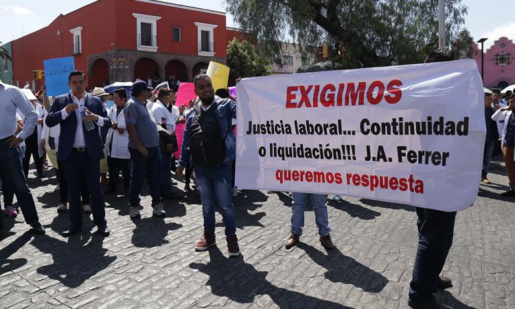 Exigen justicia laboral en Casa Aguayo