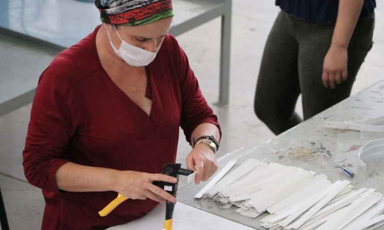 La Ibero empezó a producir caretas de uso clínico