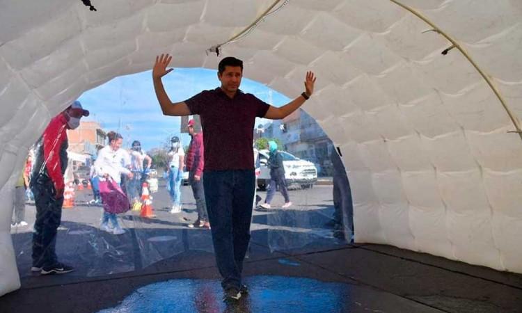 Instalará túneles sanitizadores en hospitales de Puebla