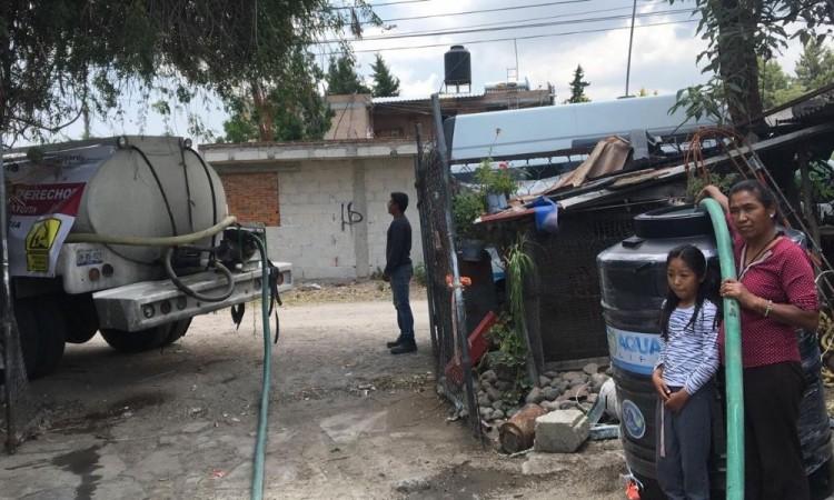 Juntas auxiliares reciben tinacos por desabasto de agua