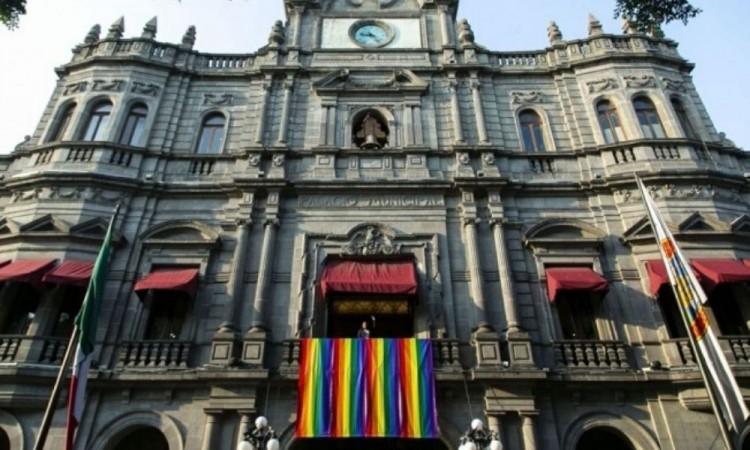 Ayuntamiento de Puebla coloca bandera LGBT