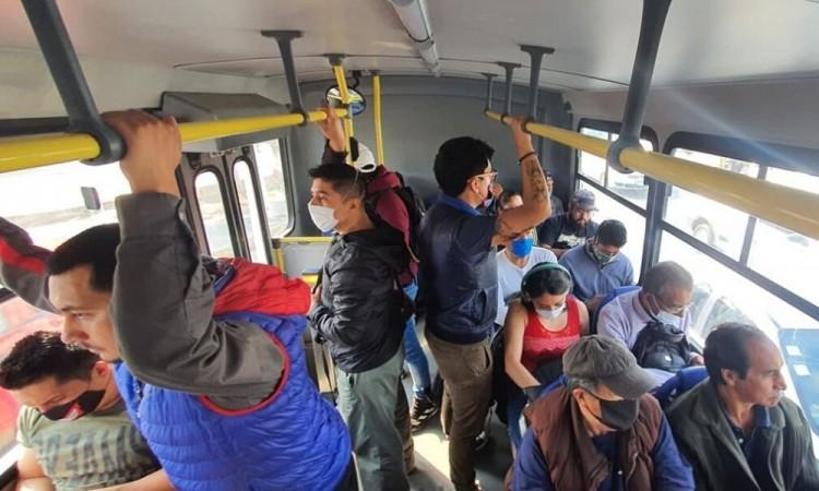 Sin cubrebocas, ni sana distancia; usuarios abarrotan transporte público