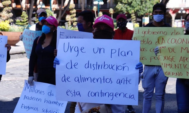 Poblanos piden apoyo frente a palacio municipal