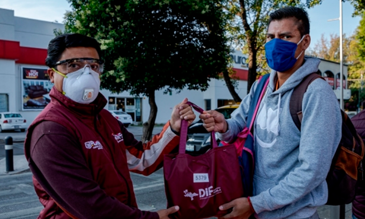 Entregan kits de sanitización en la capital poblana