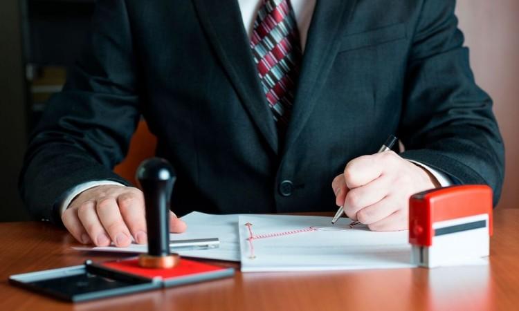 Gobierno denuncia a 12 notarios por falsificación de documentos