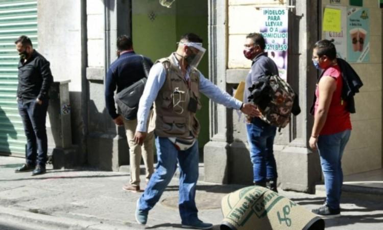 Sanitizan y marcan Sana Distancia en el Centro Histórico