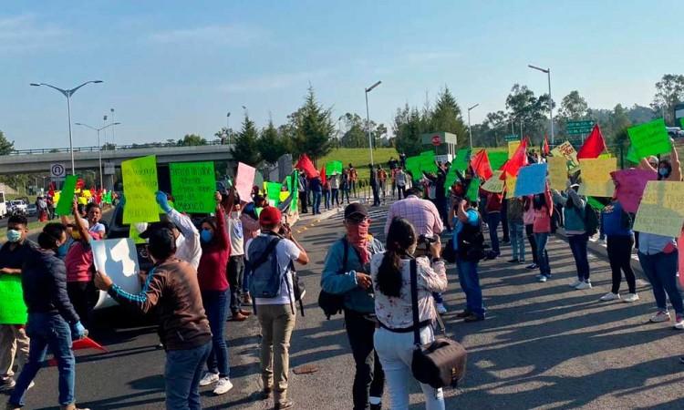Antorchistas protestan contra AMLO en su visita por Puebla