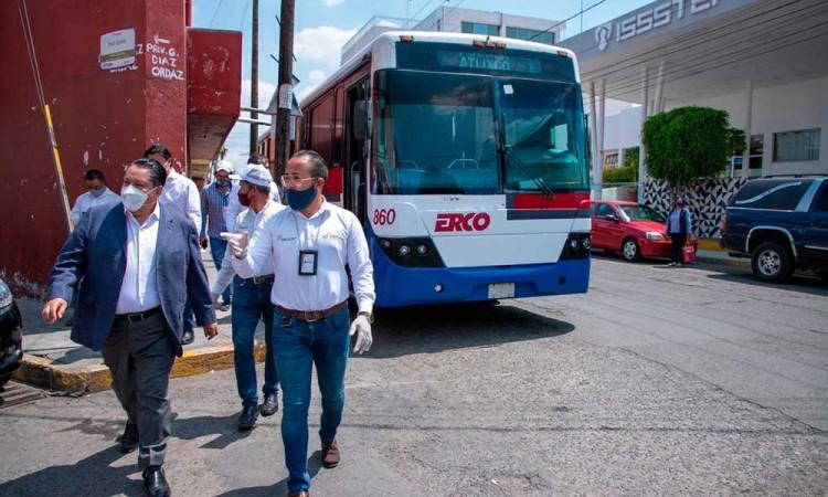 Despliegan 24 autobuses más para trasladar médicos de Puebla