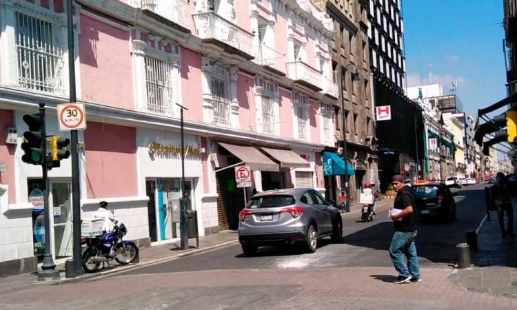Poblanos abarrotan calles del Centro Histórico en primer día de apertura parcial