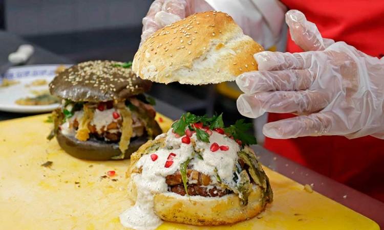 Esta es la historia de la cemita y hamburguesa de Chiles en Nogada