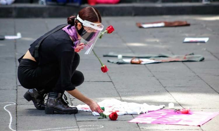 Pintan los nombres del feminicidio en el zócalo de Puebla
