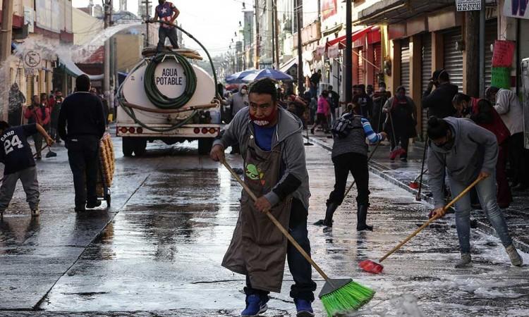 Locatarios limpian por si mismos el Mercado 5 de Mayo.
