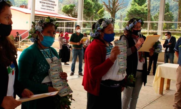 Entregan cachitos para avión presidencial a escuelas indígenas de Puebla