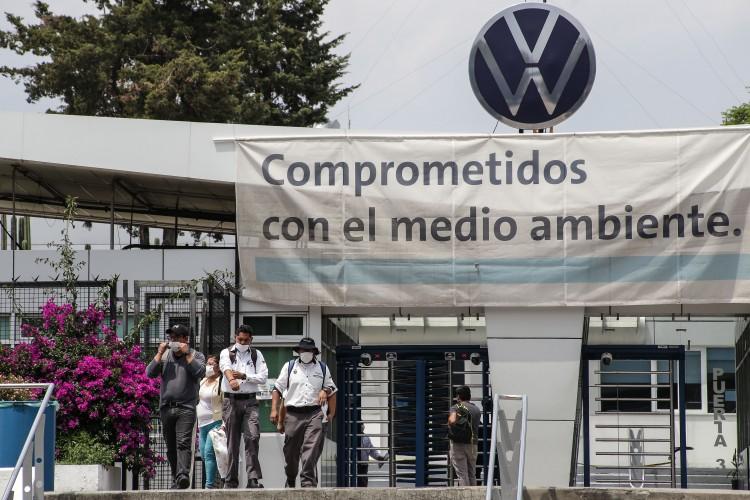 Logran VW y trabajadores firmar acuerdo para evitar la huelga