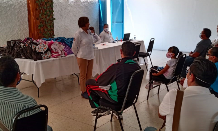 Virginia Meza Cruz entrega kits escolares en apoyo a la economía familiar de servidores públicos