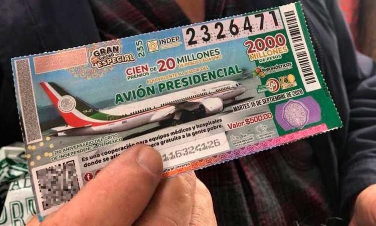 Cachitos del avión presidencial se venden como 'pan caliente' en Puebla