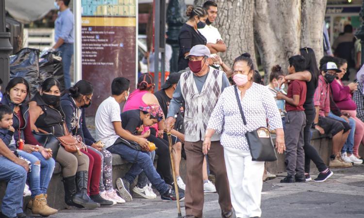 Ciudadanos y ambulantes abarrotan el centro histórico este 15 de septiembre