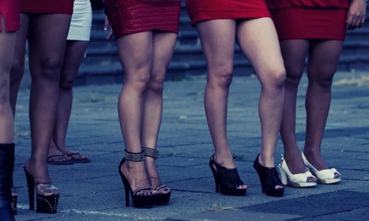 La ley marca como una falta administrativa la actividad de las sexoservidoras.