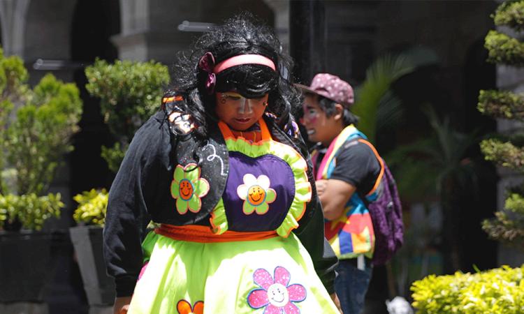 Payasos en el Zócalo de la ciudad de Puebla
