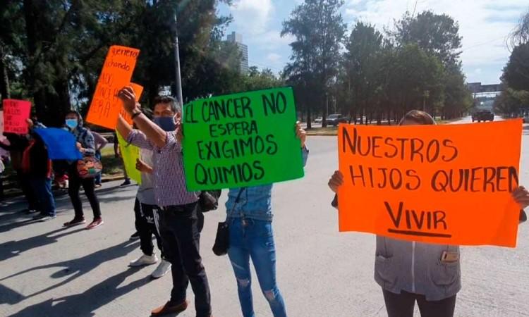 Con la vida de los niños no se juega: exigen papás poblanos insumos para quimioterapias