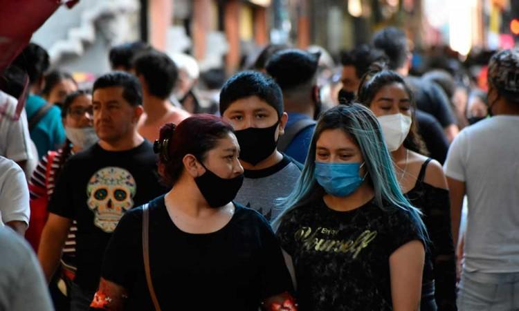 ¿Cuál pandemia? Poblanos abarrotan el Centro Histórico en Día de Muertos