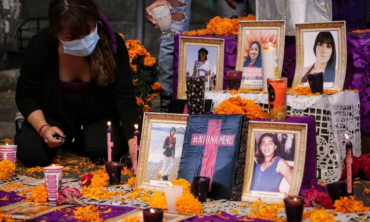 Con flor de muerto en altar, mujeres claman por erradicar feminicidios