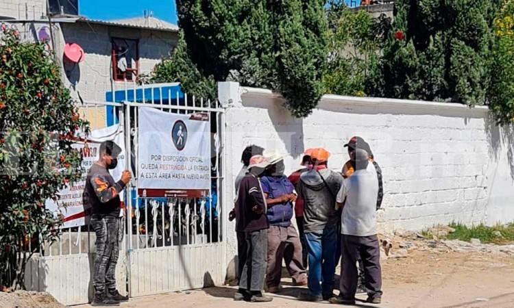 Corren a palazos a personal de Protección Civil por cerrar panteón de Xonacatepec