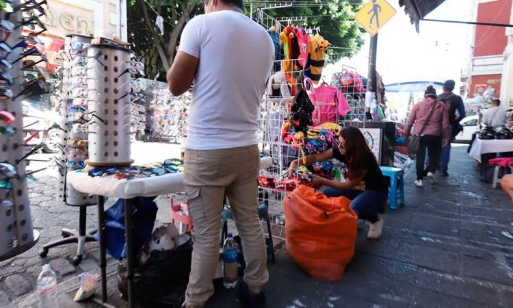 Ambulantes instalan puestos a la fuerza en centro de Puebla