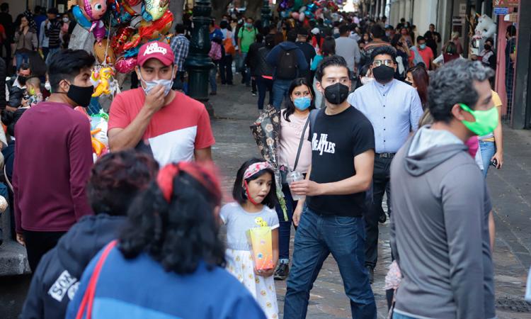 Poblanos en el centro de la ciudad.