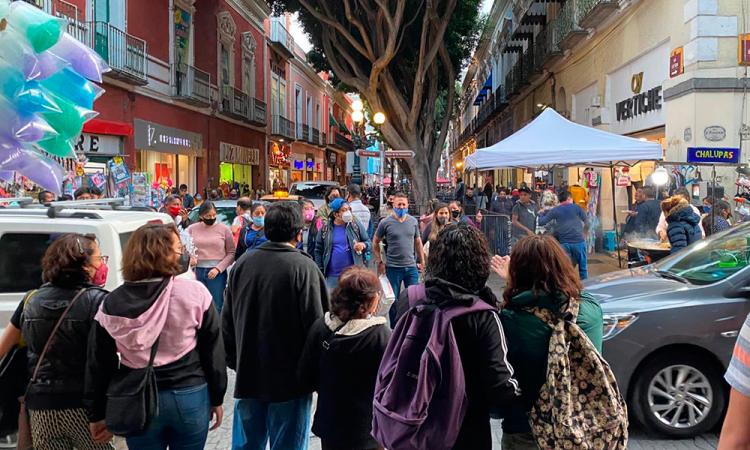 Poblanos continúan abarrotando el Centro Histórico