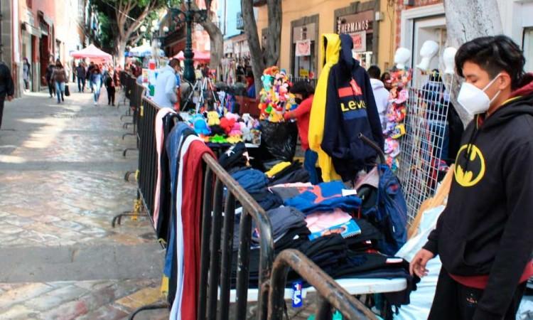 Ambulantes usan vallas del Ayuntamiento para sus puestos