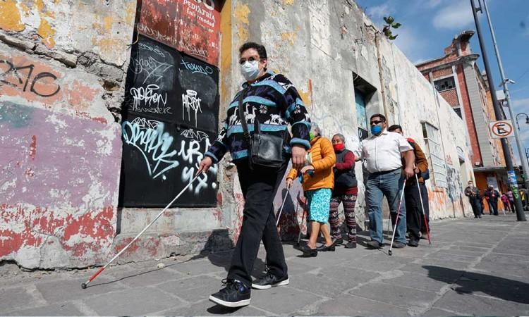 Caminar y moverse por Puebla capital es un peligro para invidentes