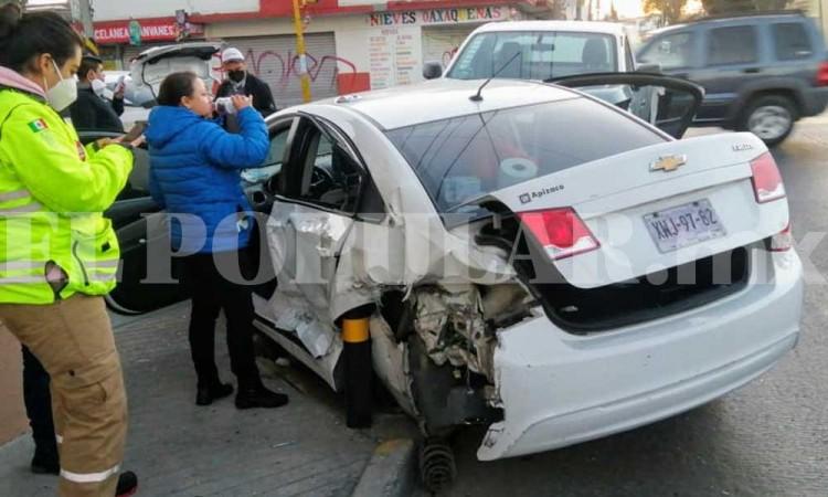 Camioneta de Tacos Tony choca contra auto y hay un lesionado