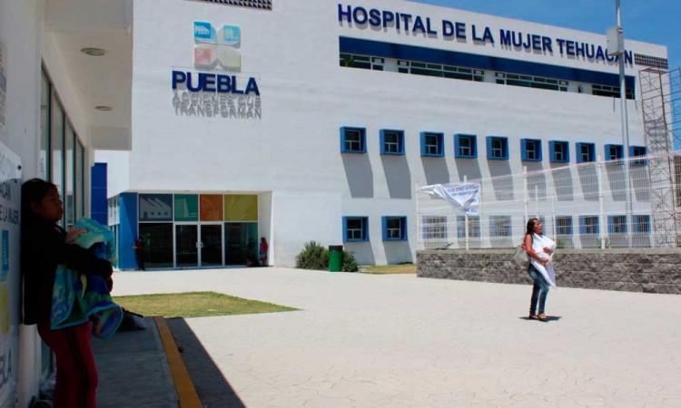 Barbosa denunciará a personal luego que mujer dio a luz en hospital de Tehuacán