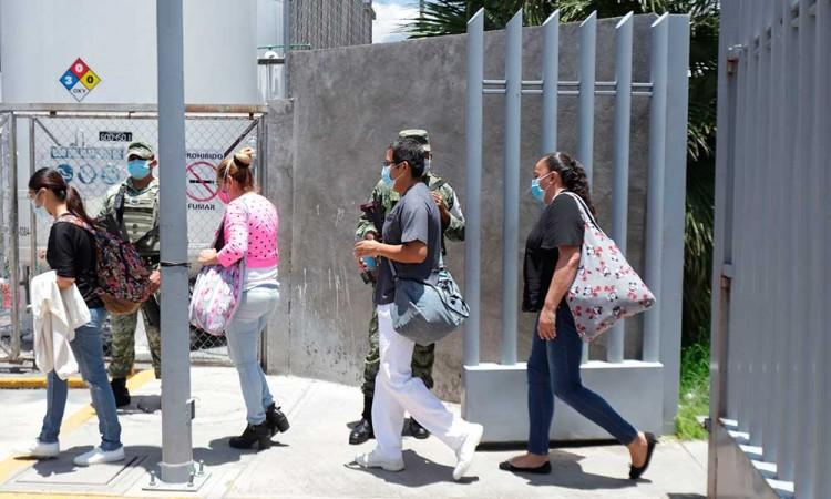 Entre esperanza y zozobra, familiares de pacientes con Covid en La Margarita