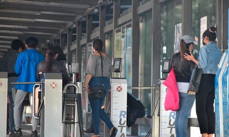 Poblanos aglomeran el transporte público y algunos sin cubrebocas