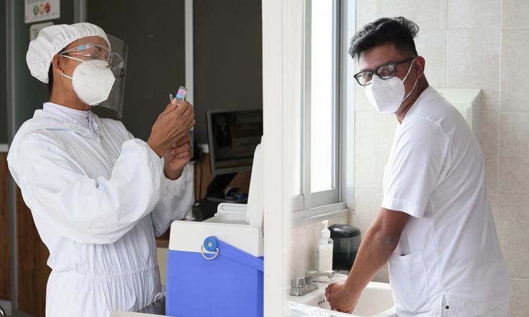 María y Gamaliel, enfermeros que entregan todo por cuidar a sus pacientes