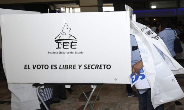 El INE permitió a los diputados federales ir por la reelección sin separarse de sus cargos.