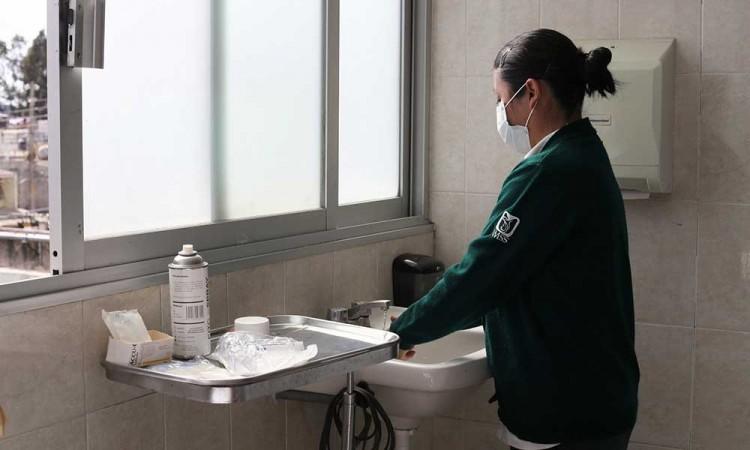Enfermeras y enfermeros combaten el Covid-19 sin festejos por su día