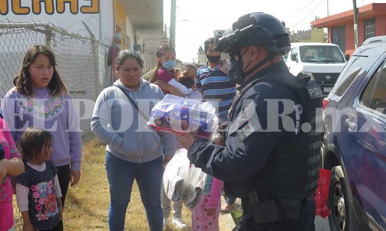La nota buena del día: Policías de Puebla la hacen de Reyes Magos