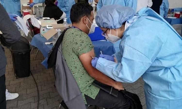 """""""Con la vacuna sentimos seguridad y confianza"""", dicen médicos"""