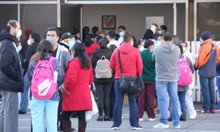 Personal médico espera 30 minutos para que se le aplica la vacuna en Puebla