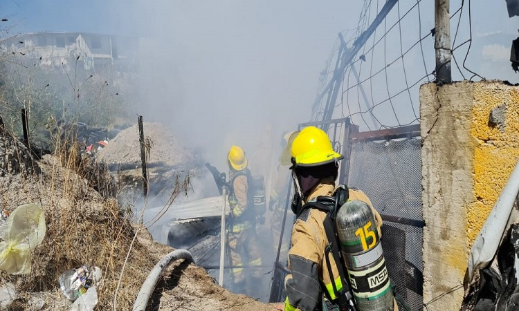 Incendio consume recicladora en Puebla