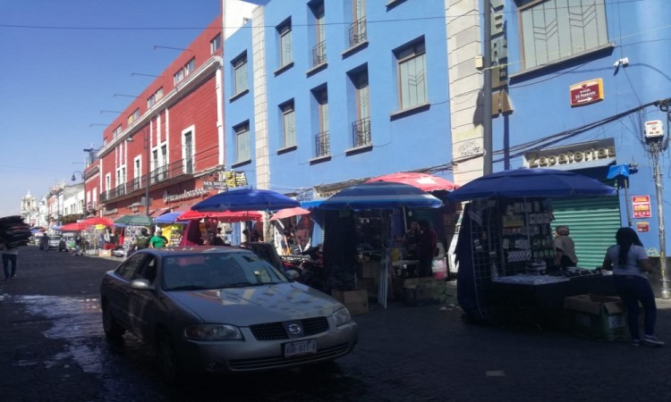 Desafían otra vez ambulantes a la autoridad e instalan puestos en el centro histórico de Puebla