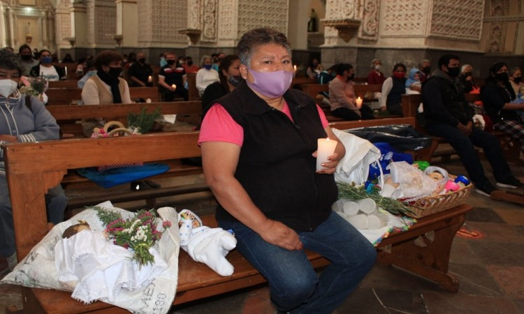 ¡Dios me protege! Feligreses asisten a las iglesias este Día de La Candelaria pese a la contingencia