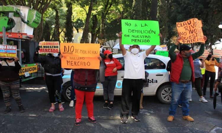 ¡No a la demolición de nuestro mercado! Con pancartas locatarios exigieron suspender proyecto del mercado Amalucan