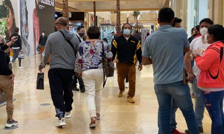 Poblanos abarrotan centros comerciales previo al 14 de febrero