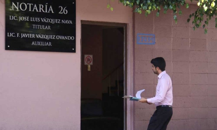 Nueva ley notarial en Puebla seguiría beneficiando a actores políticos, dice experto