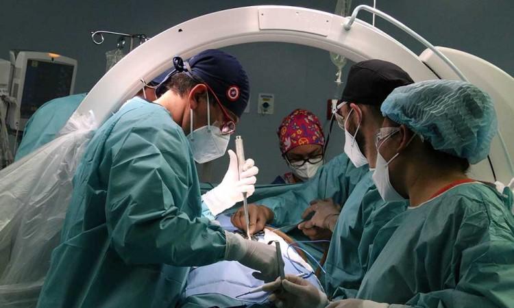 Realizan en el Hospital de Especialidades 5 de mayo cirugía de columna de mínima invasión